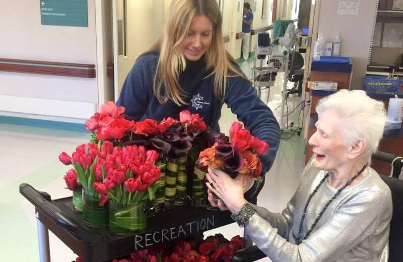 A decoradora de casamentos que doa as flores das festas para idosos que vivem em asilos - The Greenest Post