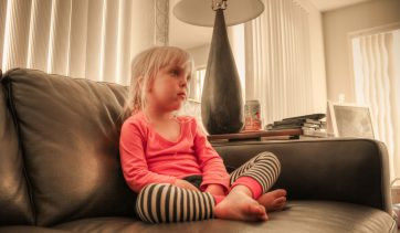 Televisão ligada ao fundo pode prejudicar o desenvolvimento das crianças, apontam especialistas!