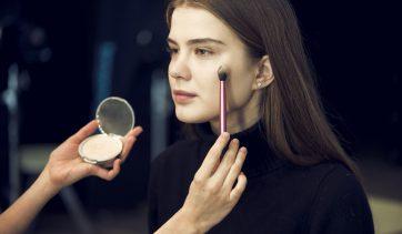 Por que usar o pó compacto natural na sua make?